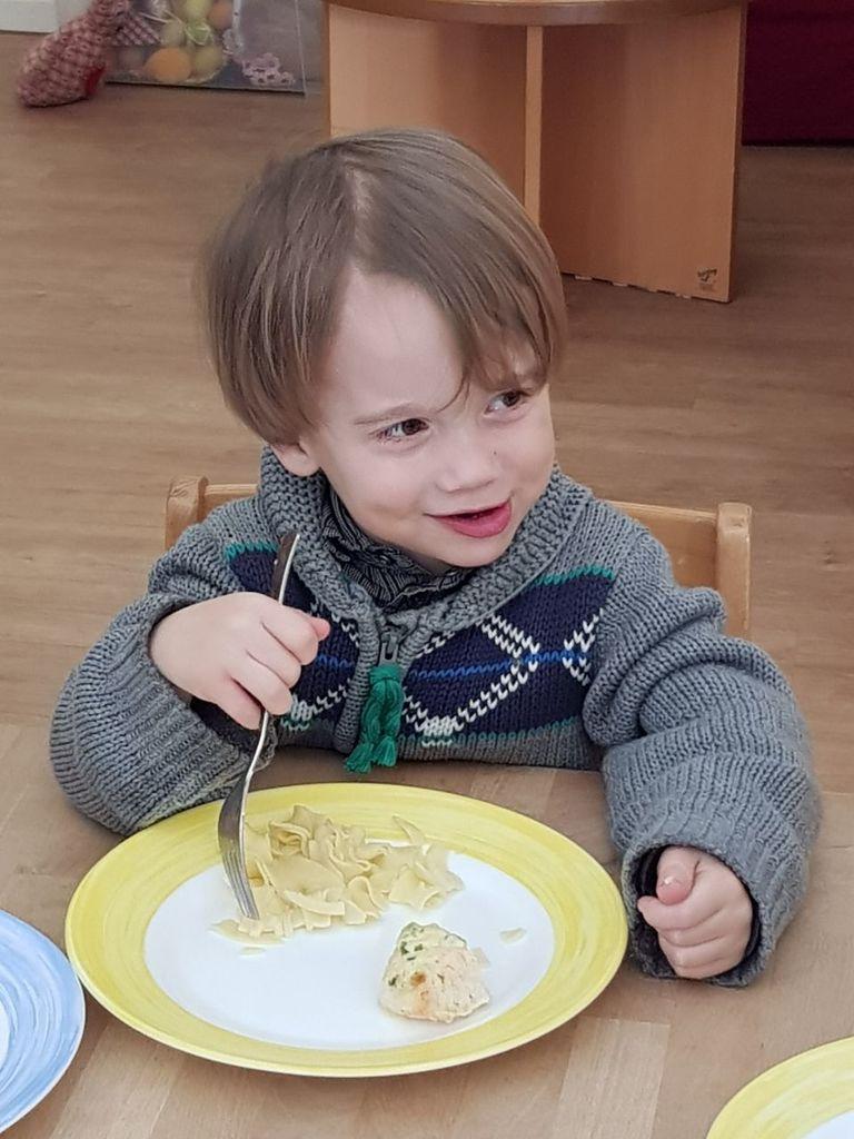 Kind isst Nudeln
